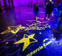 Como projection d'étoiles de Noël sur la place