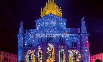Duomo de Como avec une projection d'images picturales sacrées et un ciel étoilé