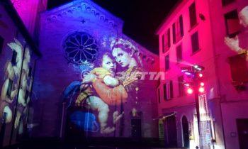 Projection d'images sacrées sur la façade de l'église de Como