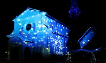 Projections décoratives de Noël sur des édifices religieux