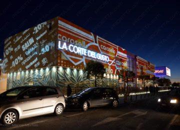 Projections sur les grands centres commerciaux faire la publicité des soldes