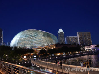 L'esplanade de Singapour illuminée par les projecteurs PROIETTA Impressive 1200-2500